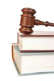 Gavel e livros de lei de madeira imagem de stock