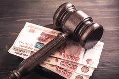 Gavel ed alcune banconote della rublo Fotografia Stock Libera da Diritti