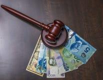 Gavel et argent assorti Images libres de droits