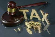 Gavel et cryptocurrency Concept de réglementation gouvernementale Paiement d'impôts photographie stock libre de droits