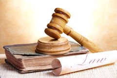 Gavel et livre Photo stock