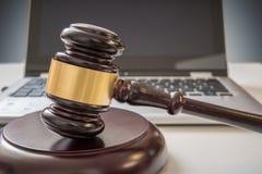 Gavel et ordinateur portable à l'arrière-plan Sécurité d'Internet et concept de lois photo libre de droits