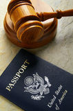 Gavel et passeport photo stock