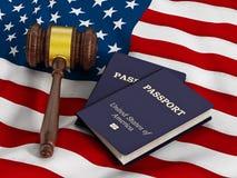 Gavel et passeport sur le drapeau américain Photos libres de droits