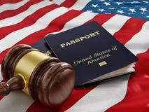 Gavel et passeport sur le drapeau américain Images libres de droits