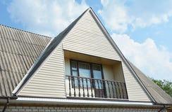 Gavel- och daltyp av takkonstruktion Konstruktion för byggnadslofthus med olika typer av den takdesigner och balkongen royaltyfri bild