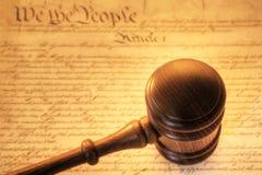 Gavel och konstitution Arkivfoto