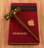 Gavel på en bok av patent vektor illustrationer