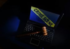 Gavel sur la scène du crime d'ordinateur portable photographie stock