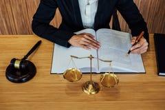 Gavel sur la table en bois et l'avocat ou le juge féminin travaillant avec de l'AG images stock