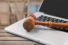 Gavel sur le clavier d'ordinateur portable, vue en gros plan photo stock