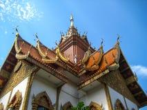Gaveln ovanför den kyrkliga dörren Templet i Chiang Mai, Thailand Arkivbild