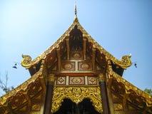 Gaveln ovanför den kyrkliga dörren Templet i Chiang Mai, Thailand Arkivbilder
