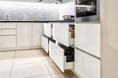 Gaveta aberta da cozinha, cozinha em um estilo tradicional com a fachada branca de madeira imagens de stock royalty free