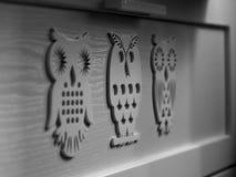 Gaveta branca com decoração de madeira imagem de stock