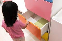 Gaveta colorida aberta da criança asiática Fotografia de Stock