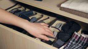 A gaveta com o roupa interior no armário video estoque
