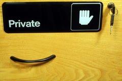 Gaveta de arquivo com sinal, chaves, & o punho confidenciais Imagens de Stock
