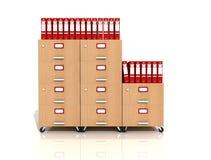 Gaveta de arquivo de madeira com pastas de anel vermelhas Fotos de Stock