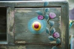 A gaveta do armário de madeira pintou e decorou diy Imagem de Stock