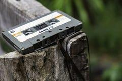 Gaveta do estojo compacto do vintage no fundo da tabela, fim acima do grupo de cassetes áudio idosas, retro fotos de stock