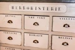 Gavetas da loja do herborista de madeira idoso Fotos de Stock
