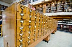 Gavetas de catálogo de madeira do cartão da biblioteca do vintage na biblioteca estadual de Novo Gales do Sul imagens de stock royalty free
