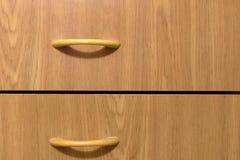 Gavetas de madeira com os punhos magros graciosos da tração Antecâmara da mobília Fotos de Stock Royalty Free