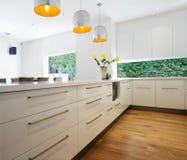 Gavetas do Cabinetry em uma renovação branca contemporânea nova da cozinha Fotos de Stock Royalty Free