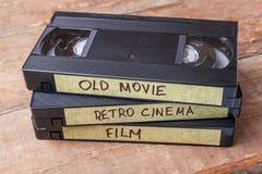 Gavetas VHS com os filmes velhos em placas de madeira fotos de stock