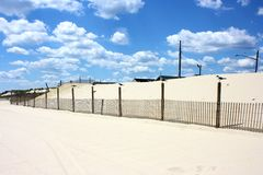 Gaviotas en los posts por las dunas Imagenes de archivo