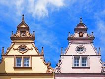 Gavlar av två historiska hus i Trier arkivfoton