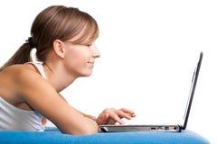 gawędzenie dziewczyna jej laptop używać potomstwo obraz royalty free