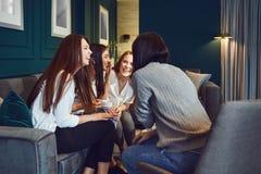 Gawędzenie kobiety pije herbaty w domu fotografia royalty free