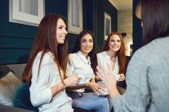 Gaw?dzenie kobiety pije herbaty w domu obraz royalty free