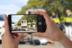 Gawping-Zuschauer, der Foto eines Unfalles macht lizenzfreies stockfoto