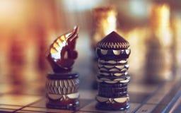 gawronu i rycerza szachy postacie na desce w kącie zdjęcie stock