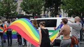 Gay della bandiera dell'arcobaleno delle oscillazioni archivi video