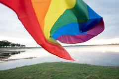 Gay Pride Flag dell'arcobaleno sul pavimento della spiaggia fotografia stock libera da diritti