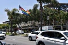 Gay Pride Flags Flying en Santa Monica Blvd imágenes de archivo libres de regalías