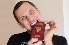 Gay que sostiene un pasaporte ruso Imagen de archivo