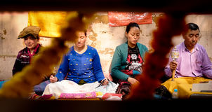 GAYA,印度- 2016年12月3日:佛教男人和妇女祈祷并且思考在菩提伽耶Stupa 图库摄影