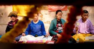 GAYA, INDIA - DECEMBER 3, 2016: De boeddhistische mannen en de vrouwen bidden en mediteren in Bodh Gaya Stupa Stock Fotografie