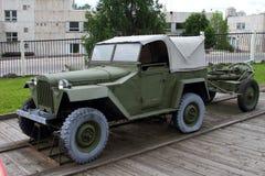 Gaz-67 επιβατικό αυτοκίνητο με το ρυμουλκημένο ορυχείο-thrower με τη δικαιολογία του weapo Στοκ Φωτογραφίες