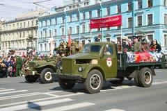 GAZ-51在军事减速火箭的运输游行的卡车以纪念胜利天 库存图片