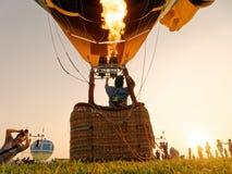 Gaz de flamme d'homme de silhouettes et baloon d'entraînement Photos libres de droits