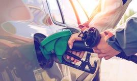 Gaz de pompage Main tenant le gicleur d'essence image stock