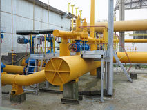 Gaz naturalny stacja z kolorem żółtym piszczy elektrowni Obraz Royalty Free