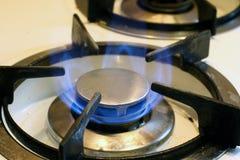 Gaz naturel brûlant dans un brûleur domestique à fraise-mère. Photographie stock libre de droits