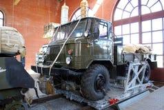 GAZ-66 på en landningplattform Utställning av det tekniska museet av K G sakharov Togliatti Royaltyfri Fotografi